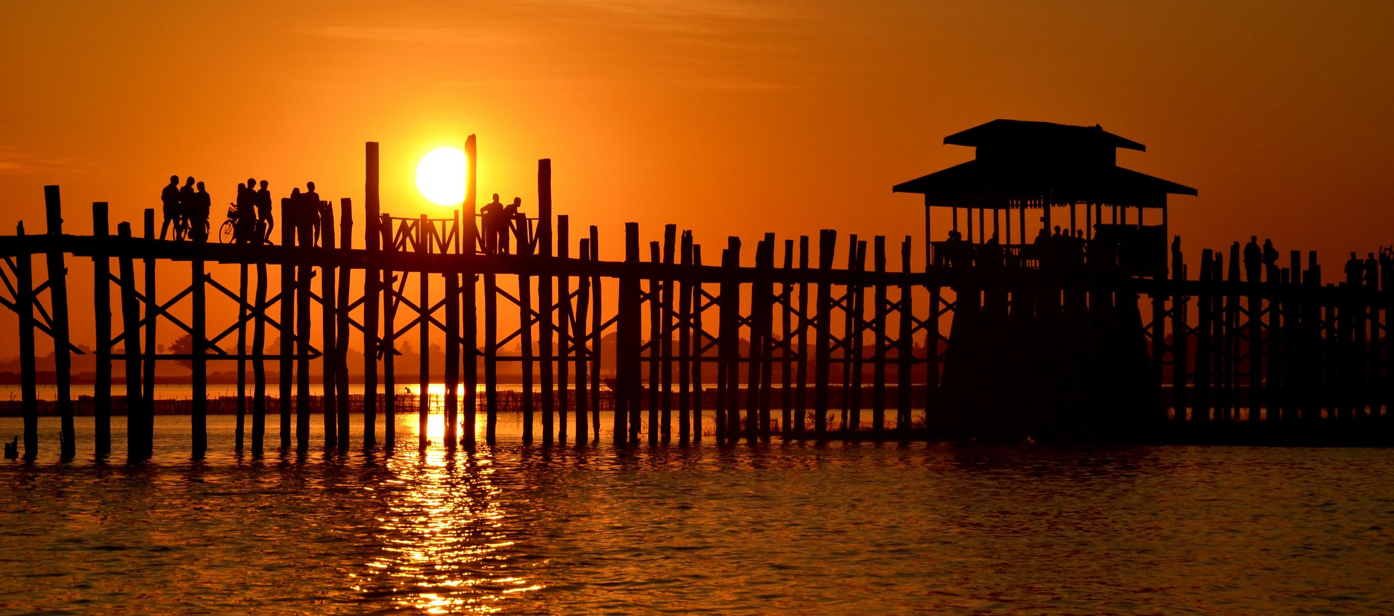 Die U Bein Brücke in Amarapura bei Mandalay in Myanmar im Sonnenuntergang