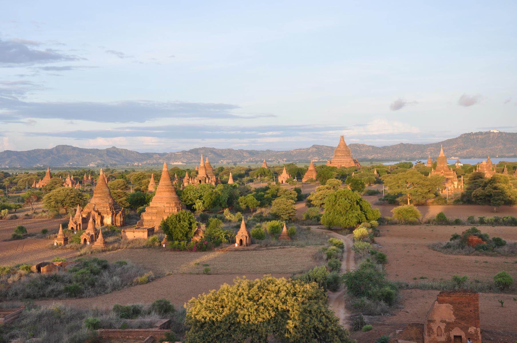 Die weitläufigen Tempelflächen von Bagan in Myanmar