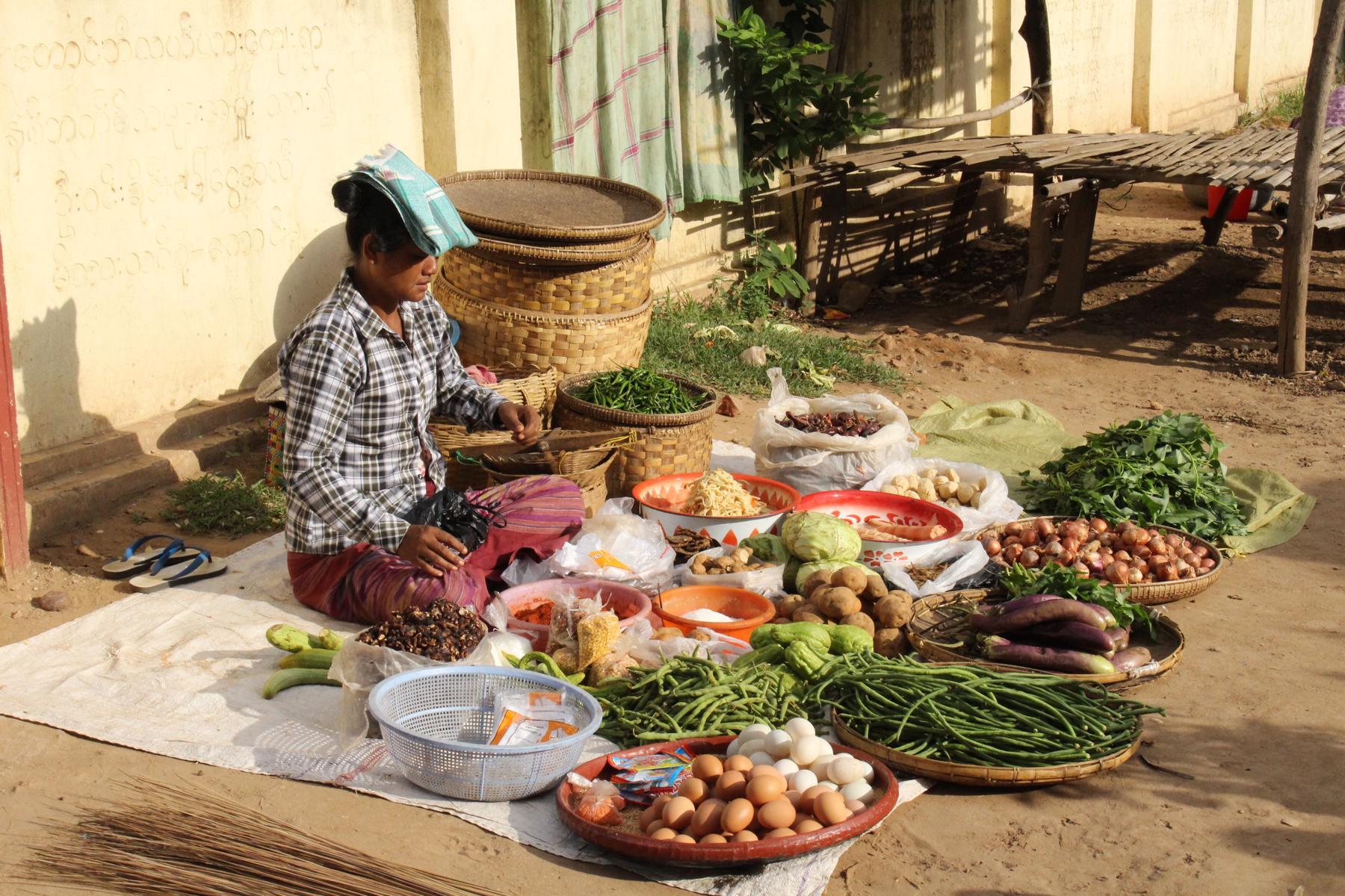 Frau mit Marktstand im ländlichen Myanmar