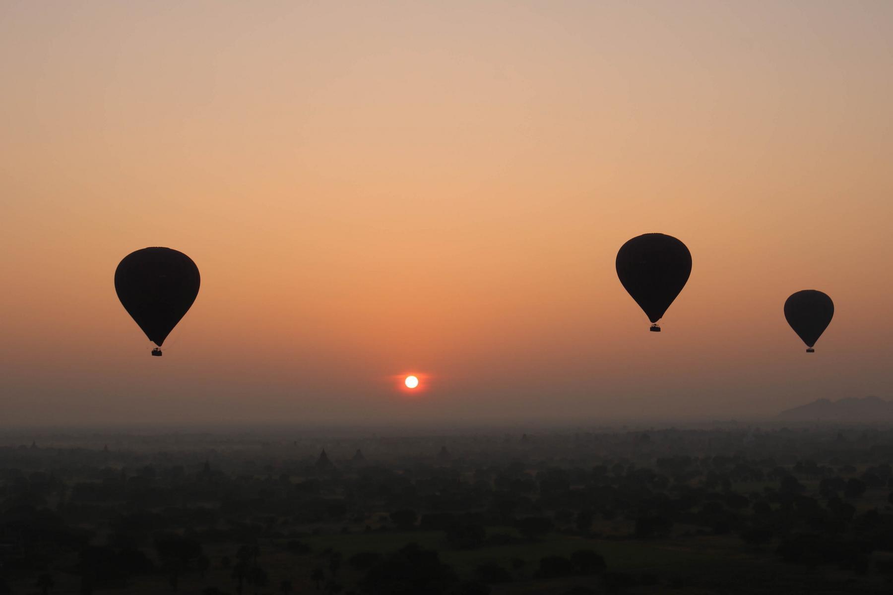 Heißluftballons im Sonnenaufgang über Bagan in Myanmar