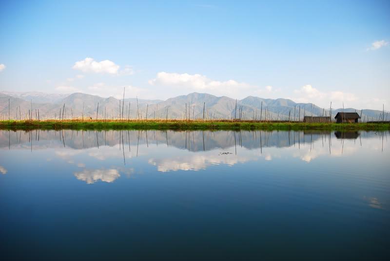 DIe Landschaft am Inle See in Myanmar mit den Begen im Hintergrund