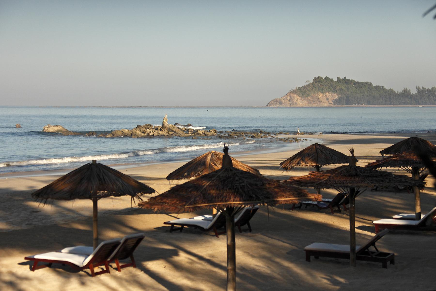 Der Strand von Ngapali mit Sonnenliegen und Schirmen in Myanmar