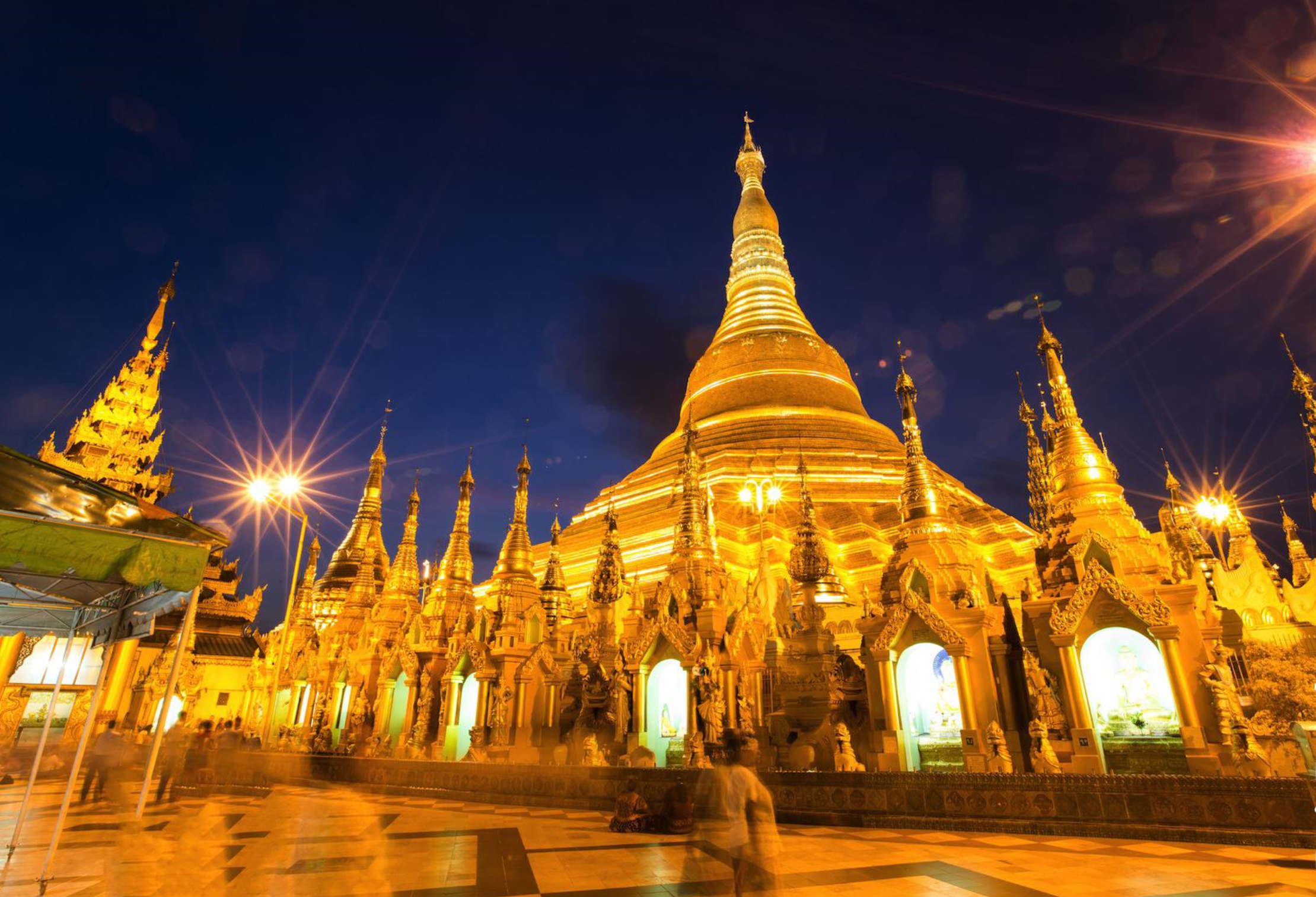 Die goldene Shwedagon Pagode in Yangon, Myanmar, bei Nacht mit Beleuchtung