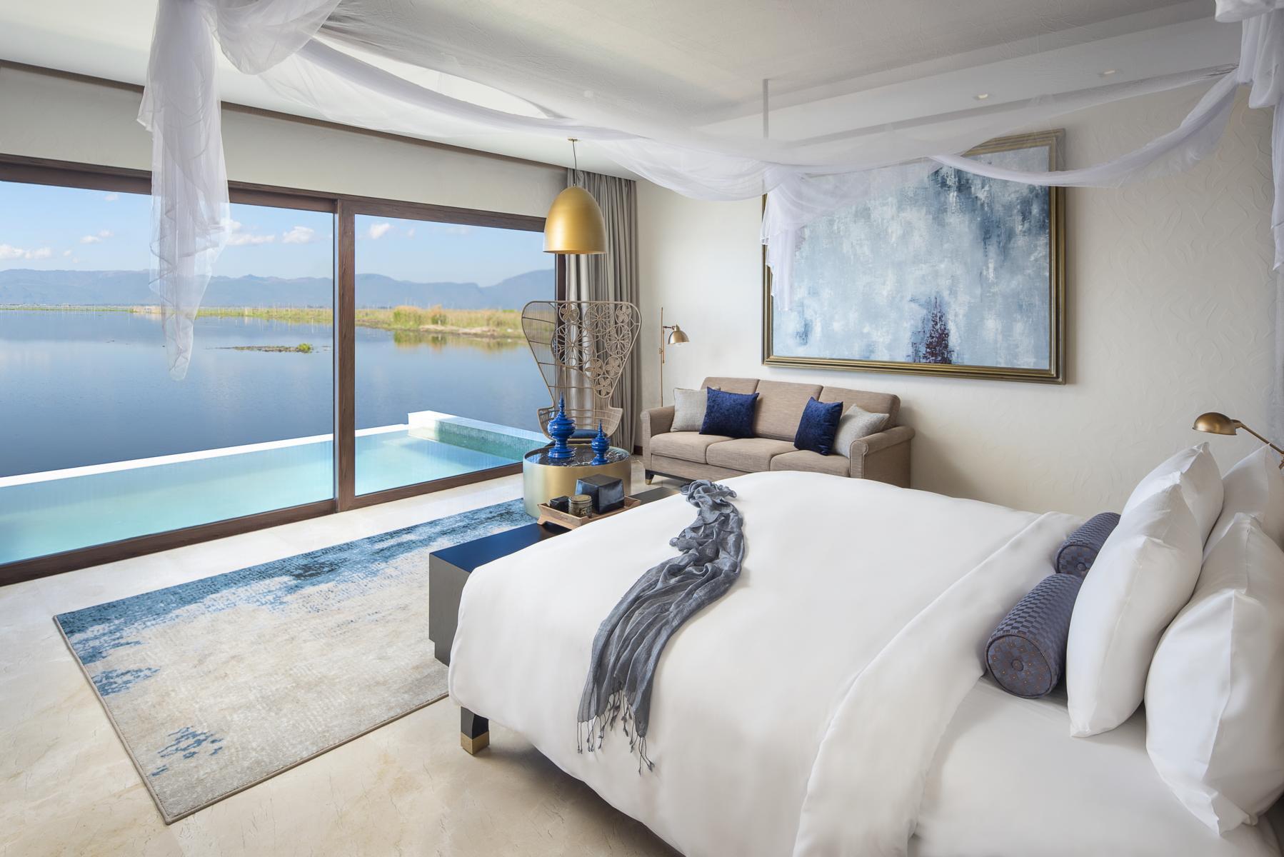 Schlafzimmer mit privatem Pool und Blick auf den See im Sofitel Inle am Inle See in Myanmar