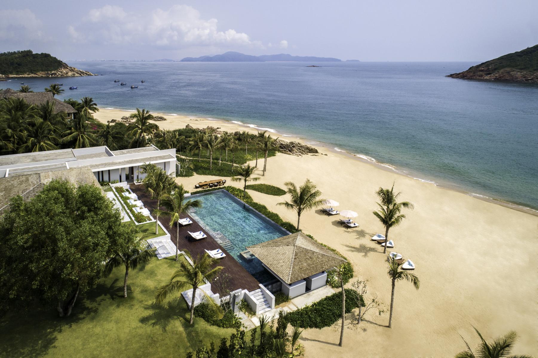 Blick auf den Pool, den Strand und das Meer in den Anantara Villas Quy Nhon in Vietnam