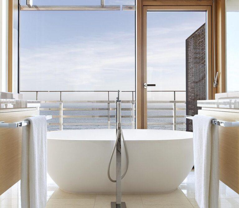 Rundreise - 03-Quadrat_Freistehende-Badewanne-im-Doppelzimmer-Deluxe-Meer-oder-Junior-Suite-Meer-Quadrat