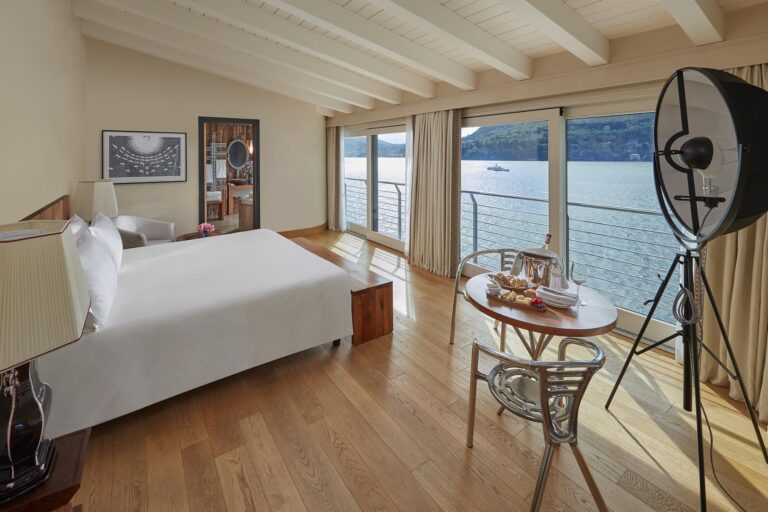 MOLagodiComo - K1600_lake-como-villa-della-rocca-bedroom.jpg