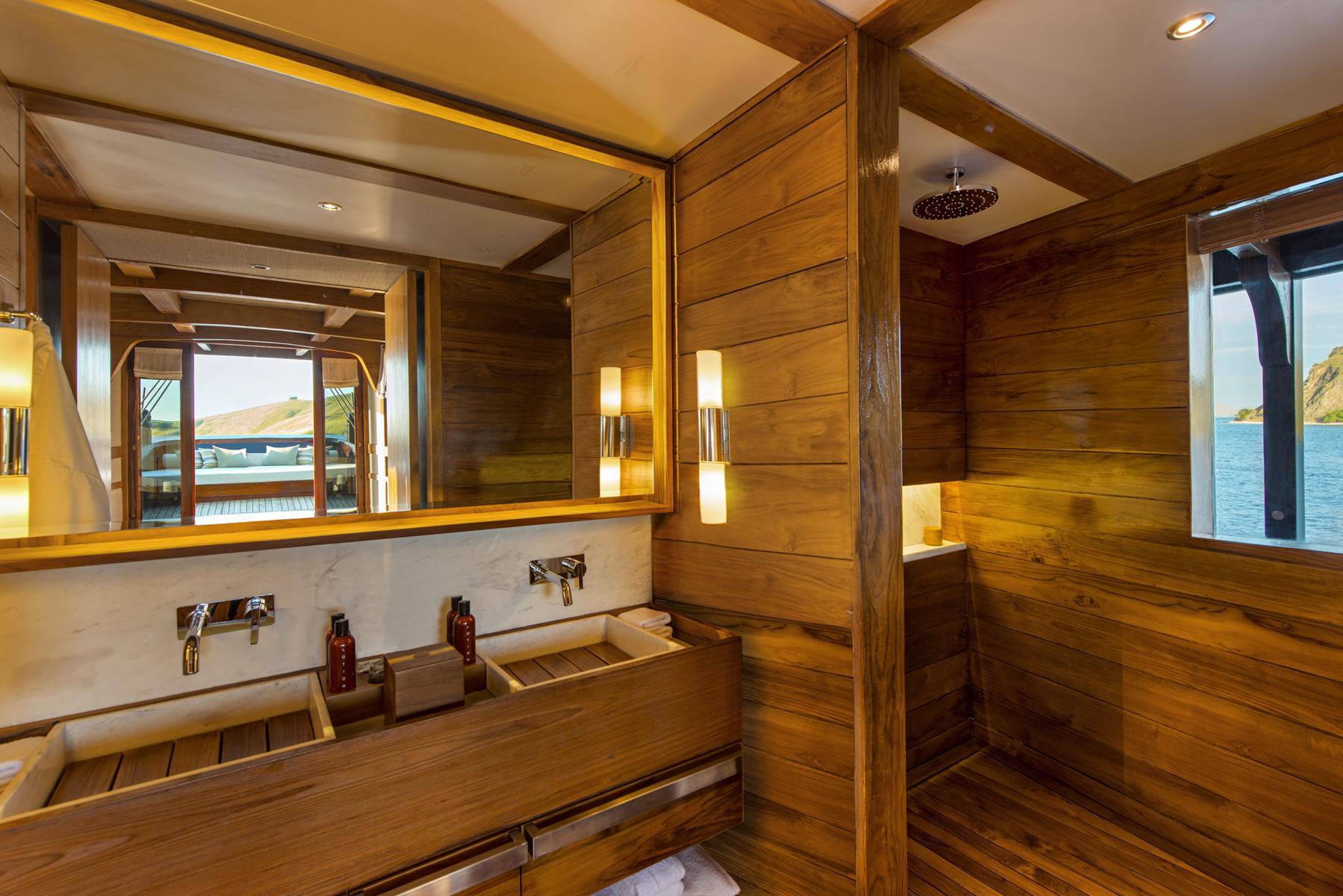 Badezimmer einer Suite auf der Amandira von Aman Cruises