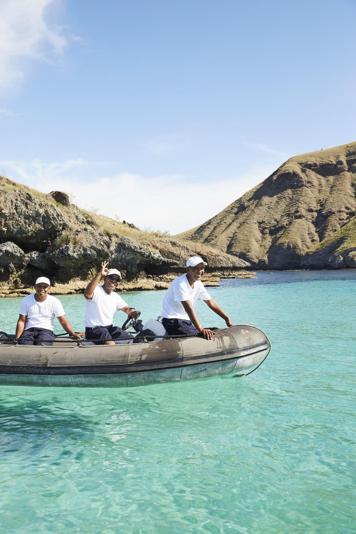 Expedition mit einem Schlauchboot auf kristallklarem Wasser in Indonesien bei einer Reise mit der Amandira von Aman Cruises