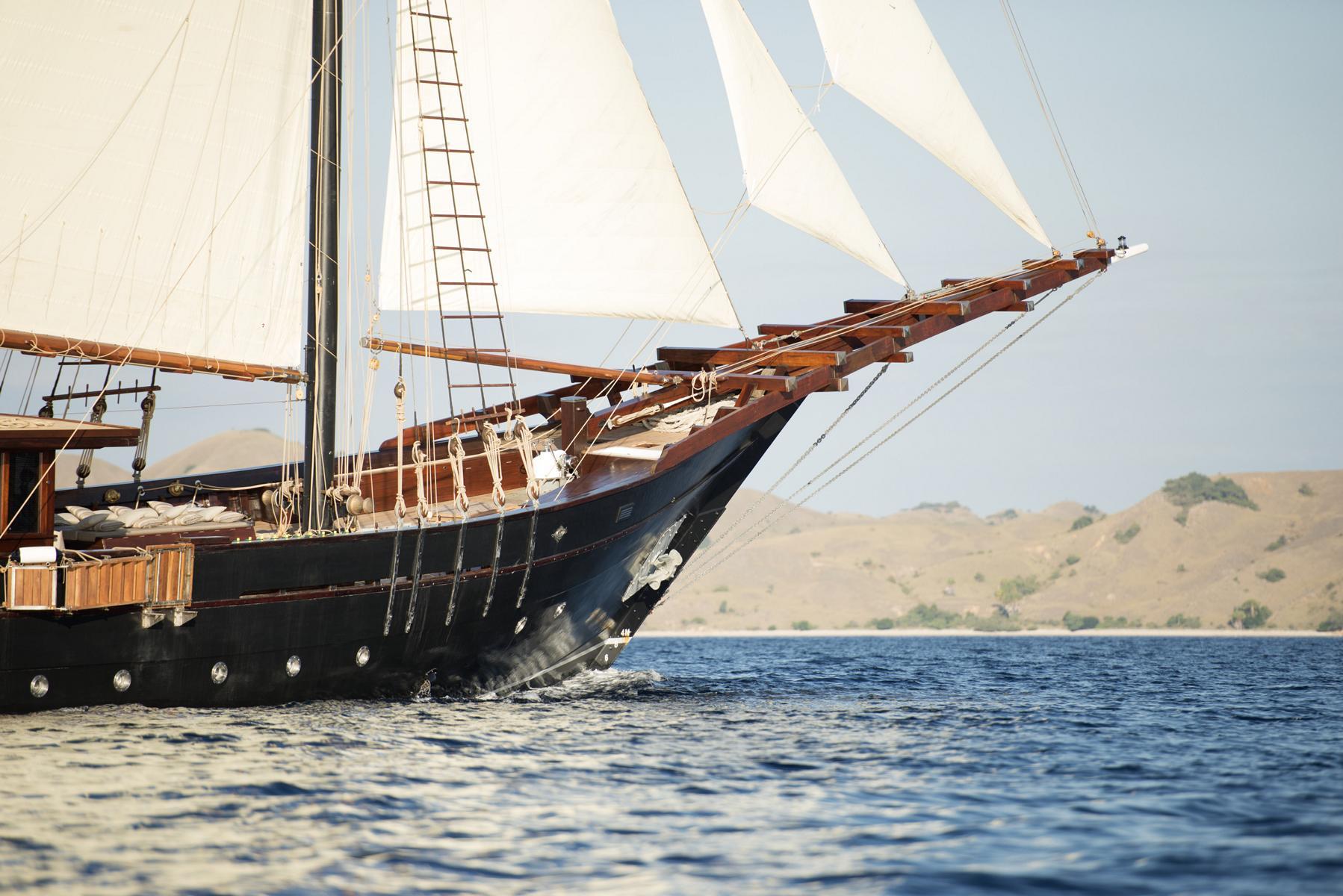 Der Bug des Segelschiffs Amandira von Aman Cruises mit gehissten Segeln