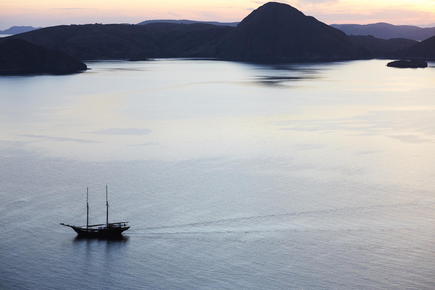 Das Segelschiff Amandira von Aman Cruises ankert vor der Küste Indonesiens