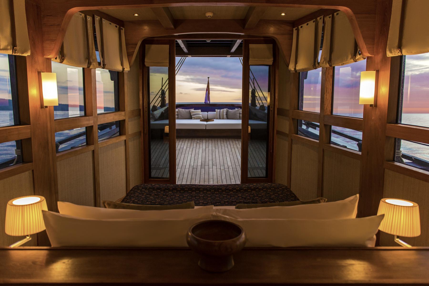 Schlafzimmer am Bug der Amandira von Aman Cruises mit Blick hinaus aufs Meer