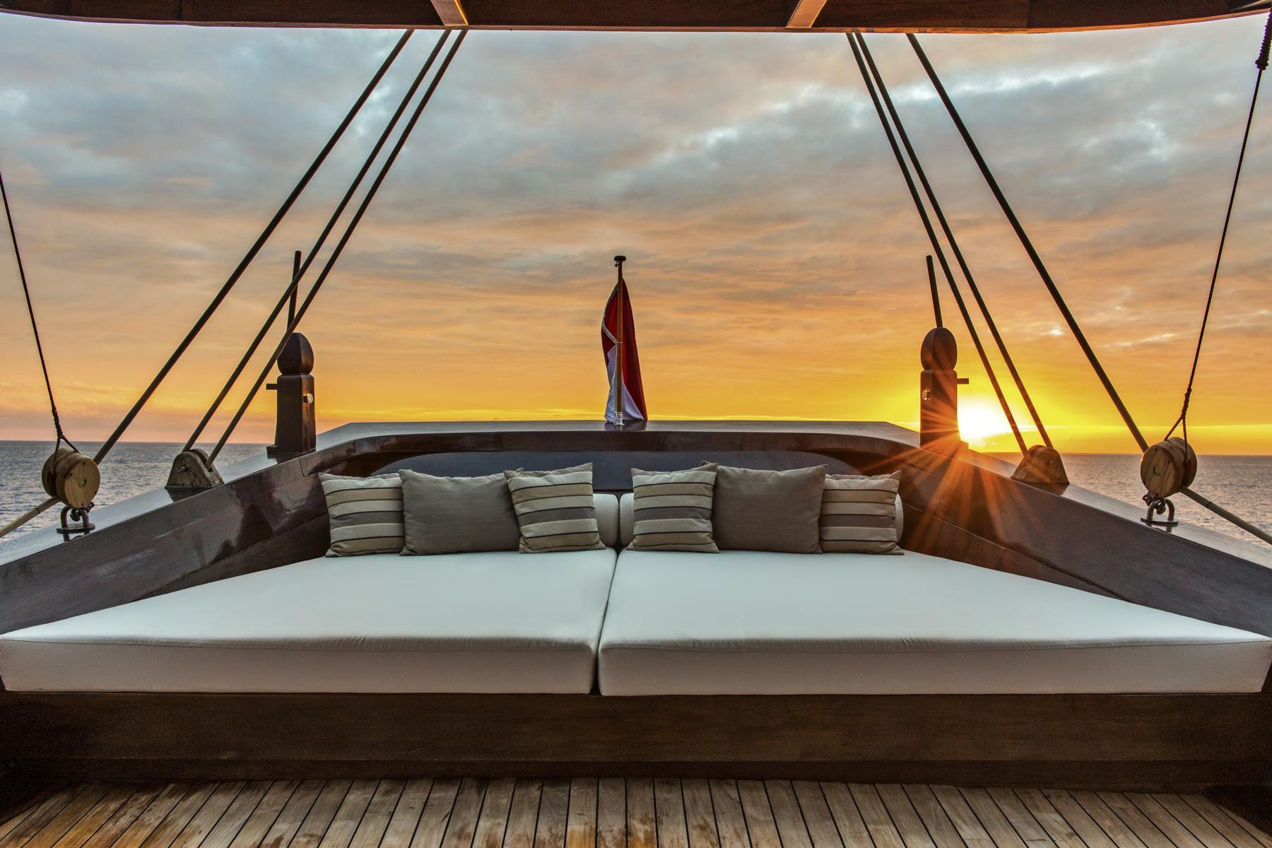 Loungemöbel auf dem Sonnendeck der Amandira von Aman Cruises im Sonnenuntergang