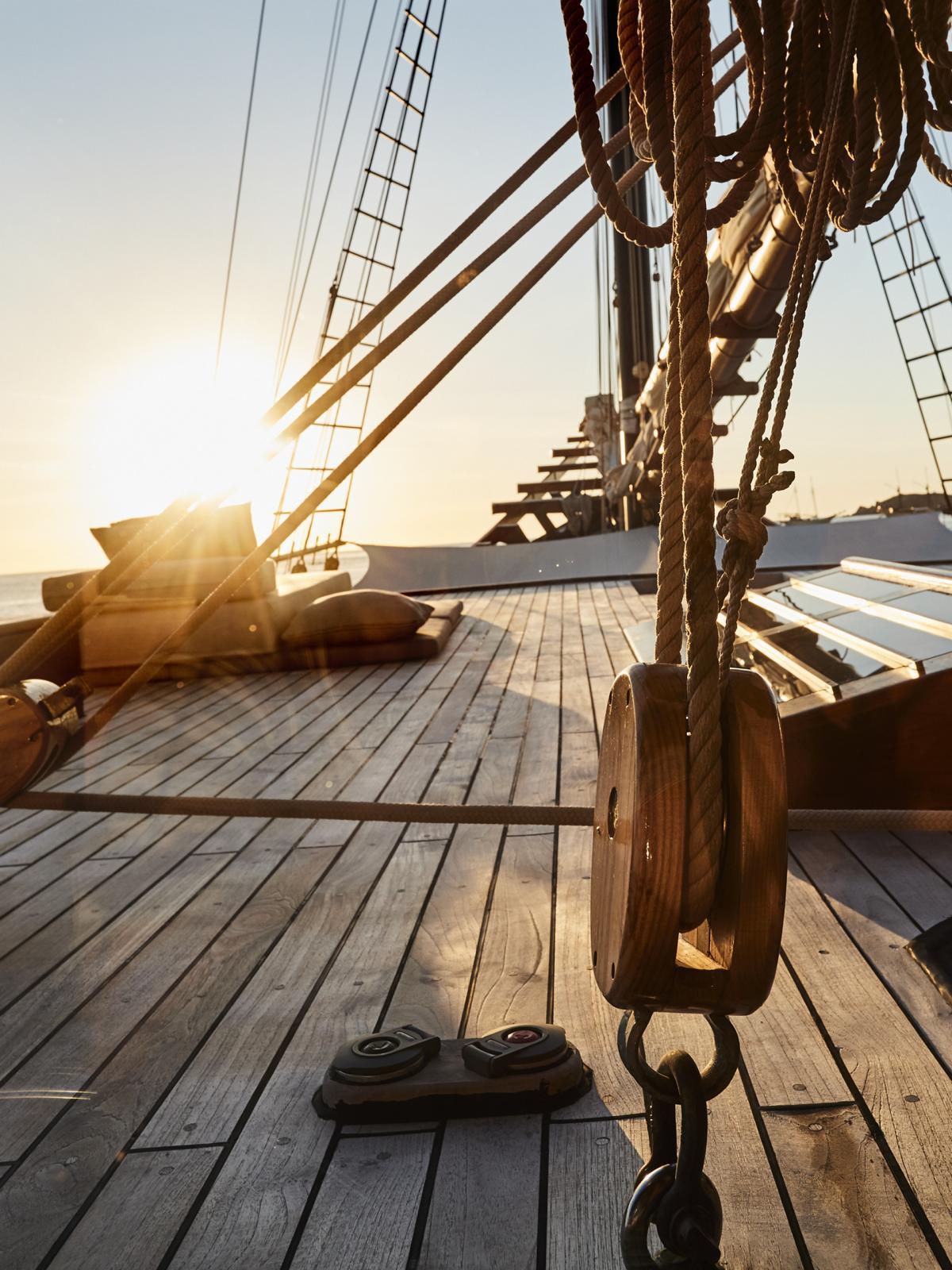 Das Sonnendeck der Amandira von Aman Cruises im Sonnenuntergang