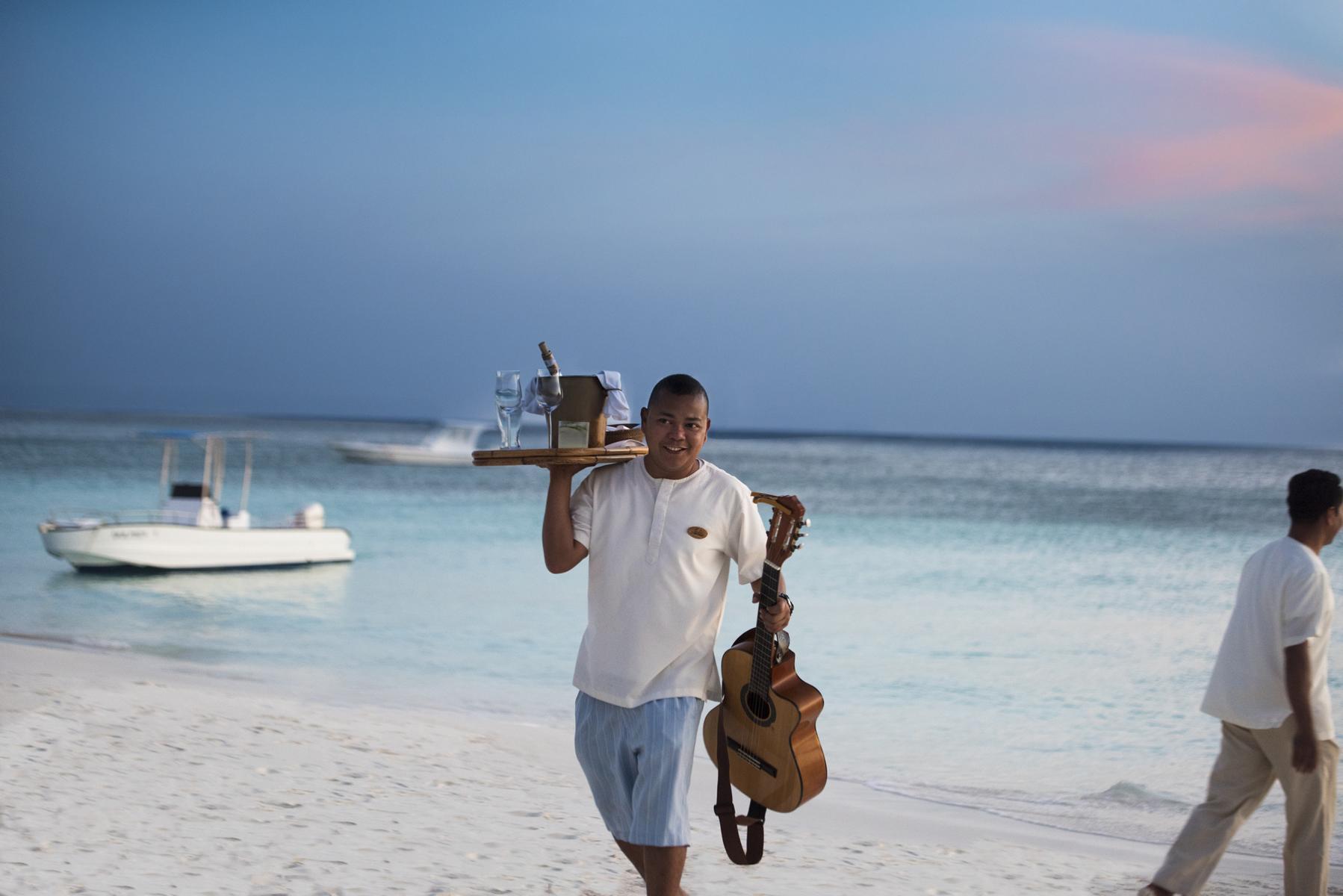 Begrüßung am Strand des Amanpulo auf den Philippinen bei einer Reise mit der Amandira von Aman Cruises