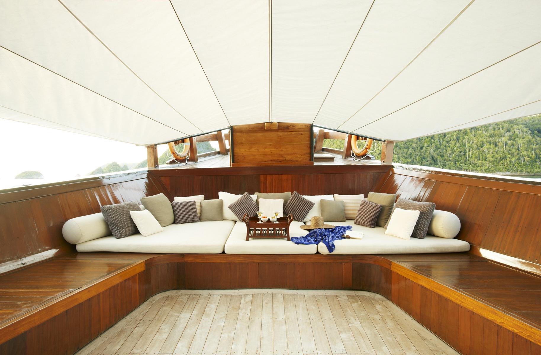 Lounge auf dem Vorderdeck der Amanikan von Aman Cruises in Indonesien