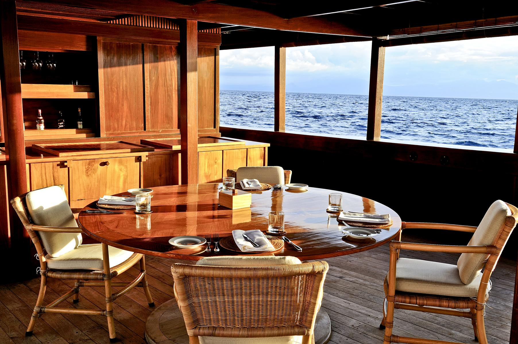 Lounge der Amanikan von Aman Cruises in Indonesien