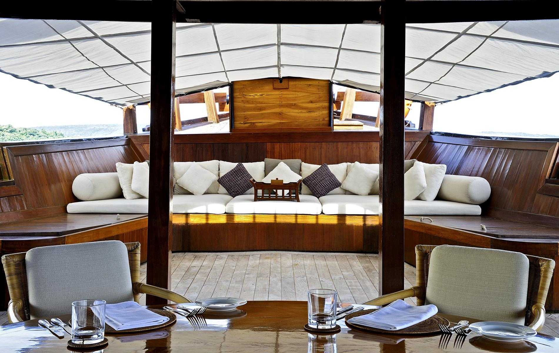 Die Lounge auf der Amanikan von Aman Cruises in Indonesien
