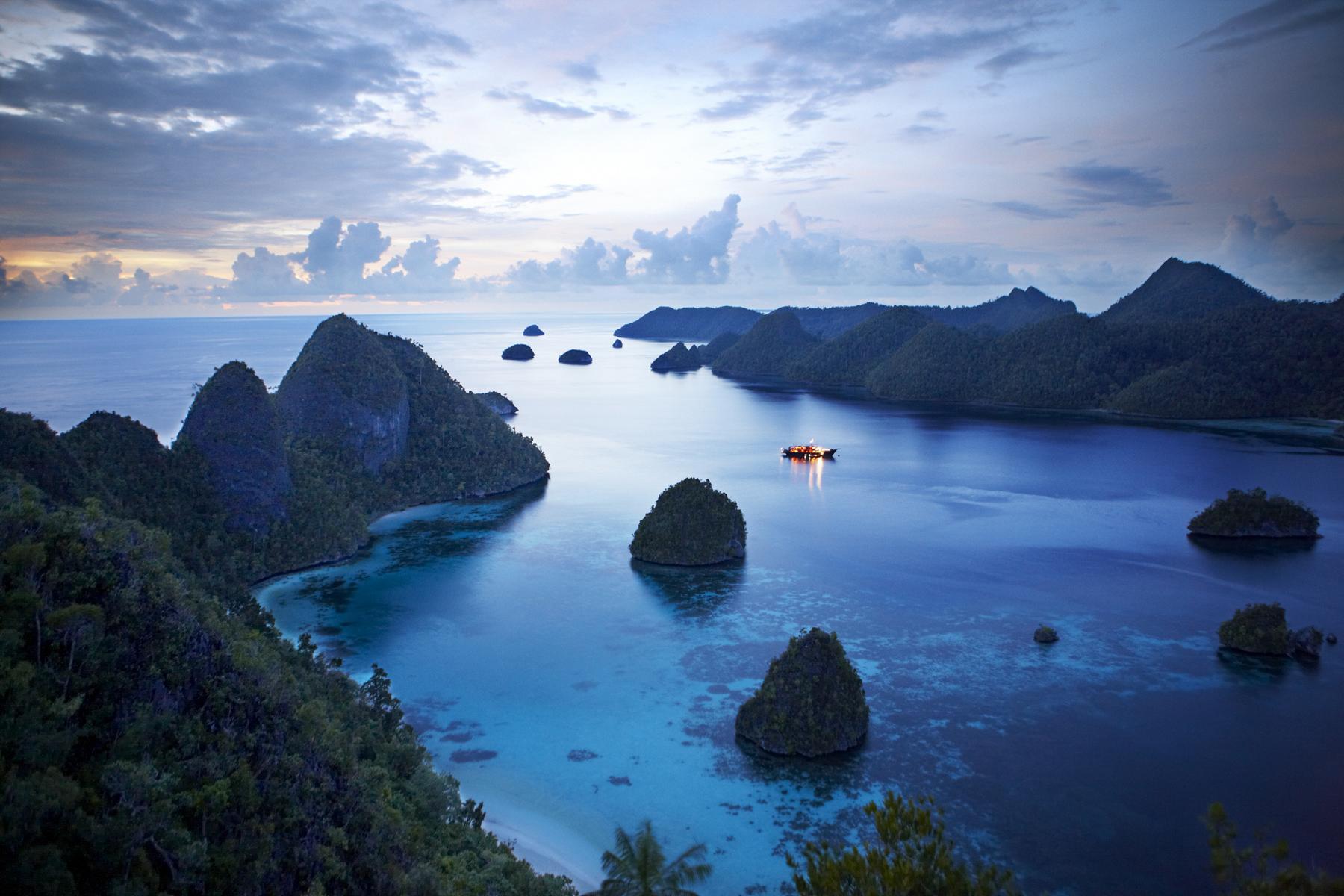 Die Amanikan von Aman Cruises in felsigen Küstengewässern vor Indonesien