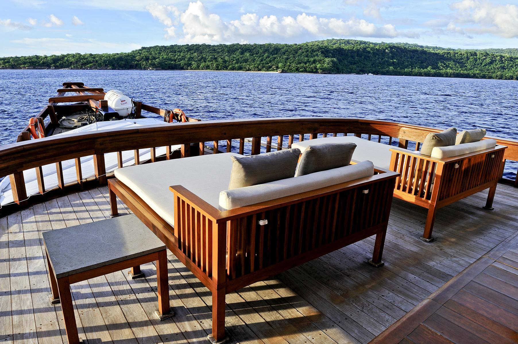 Lounge auf dem Deck der Amanikan von Aman Cruises vor der Küste Indonesiens