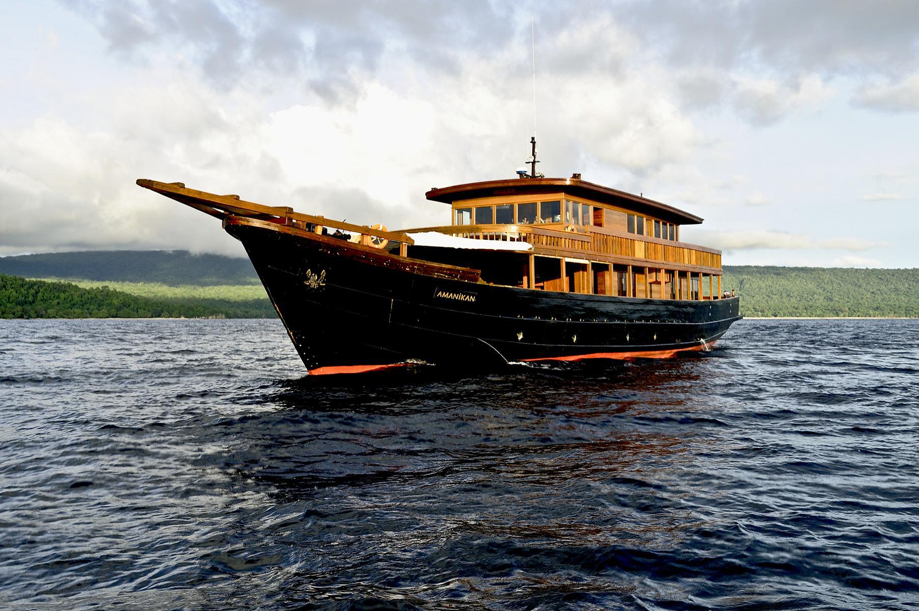 Die Amanikan von Aman Cruises vor der Küste Indonesiens