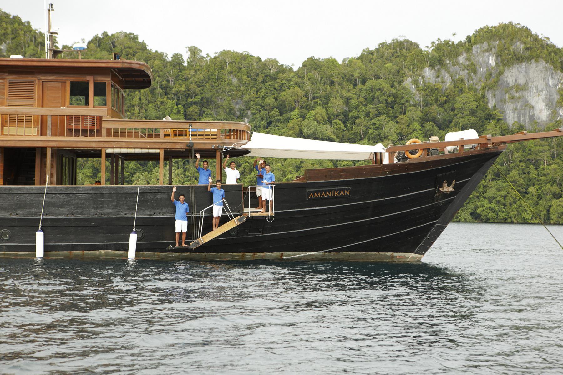 Der Bug der Amanikan von Aman Cruises vor der Küste von Indonesien