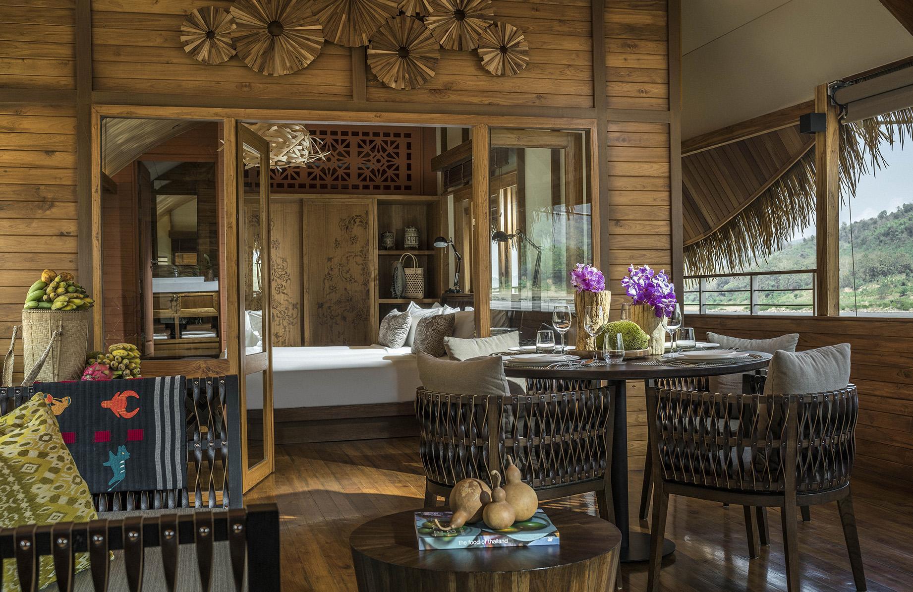 Wohnbereich und Schlafzimmer auf der Anantara GYPSY in Laos