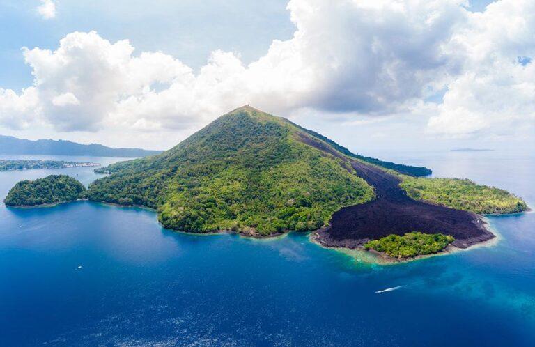 Blu - gunung-banda-api-active-volcano.jpg