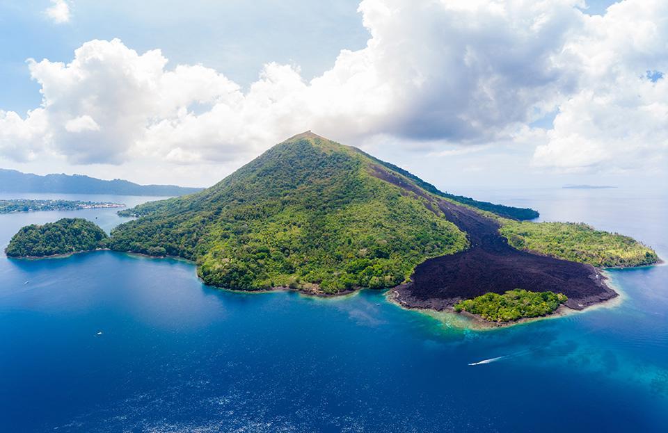 Aktive Vulkaninsel in Indonesien bei einer Kreuzfahrt mit der Aqua Blu