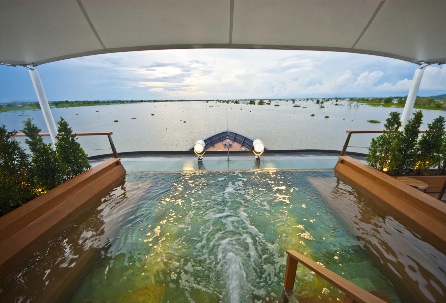 Pool und Blick auf das Wasser von Deck der Aqua Mekong