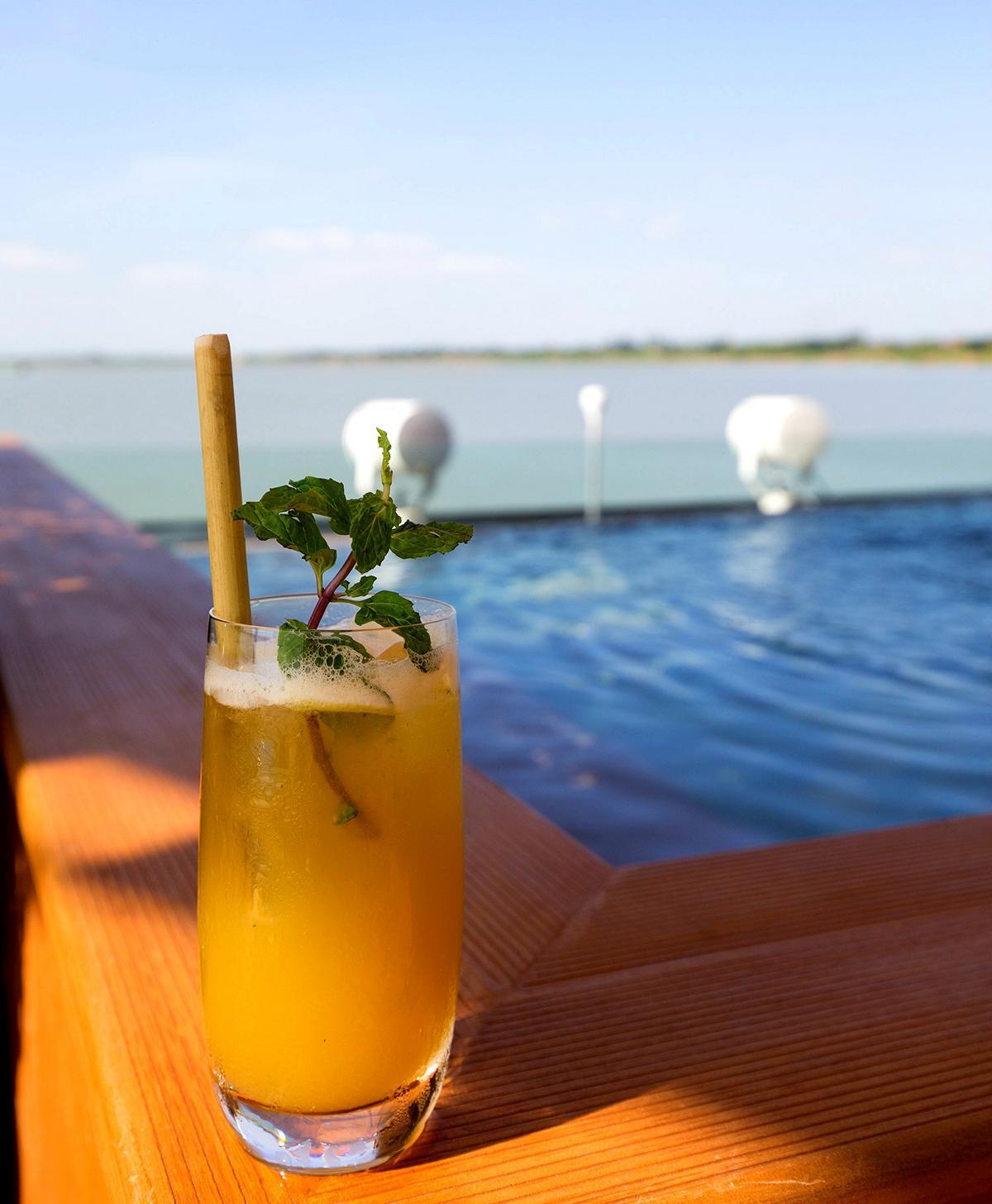 Cocktail am Pool der Aqua Mekong in Kambodscha