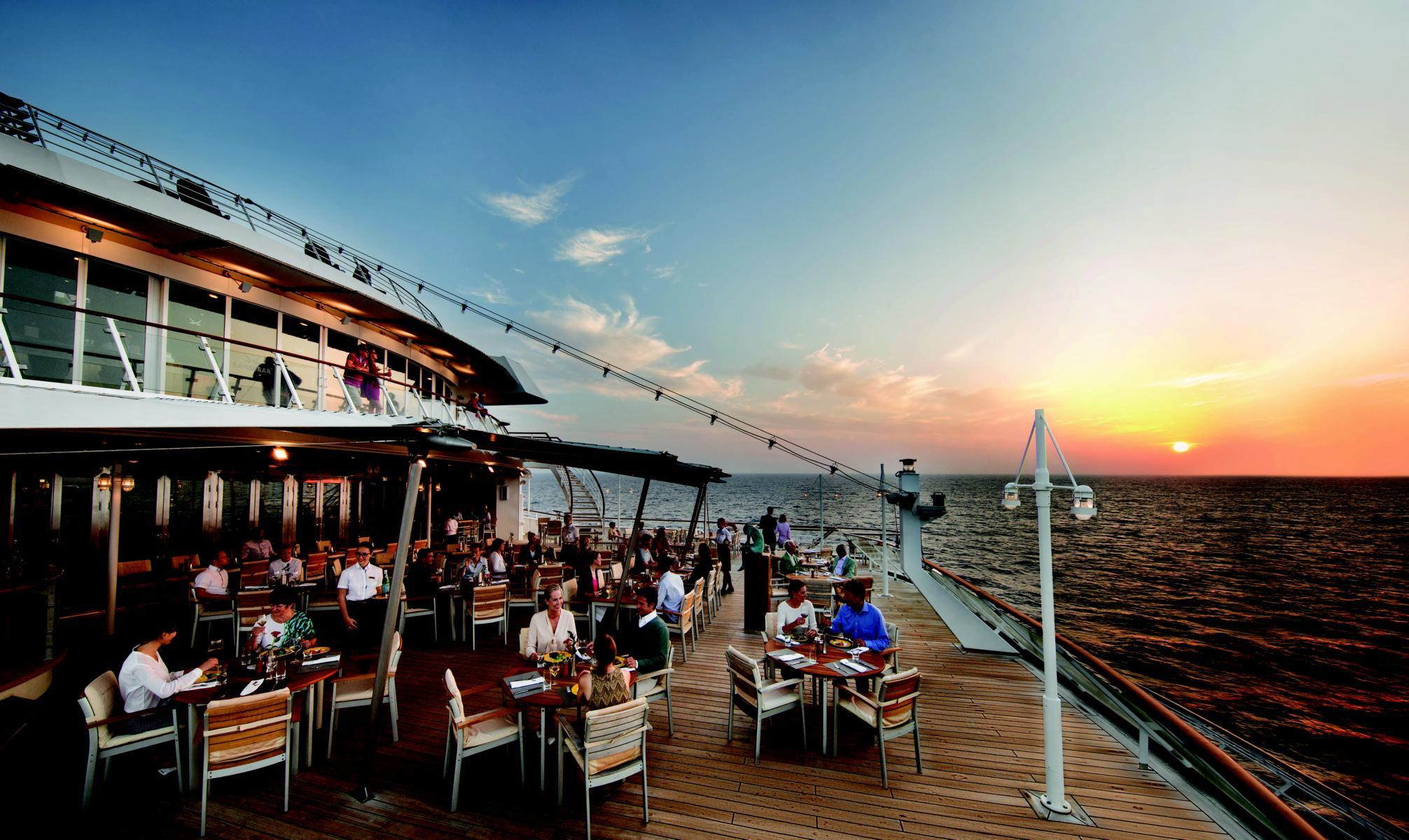 Bar im Sonnenuntergang an Deck der MS Europa