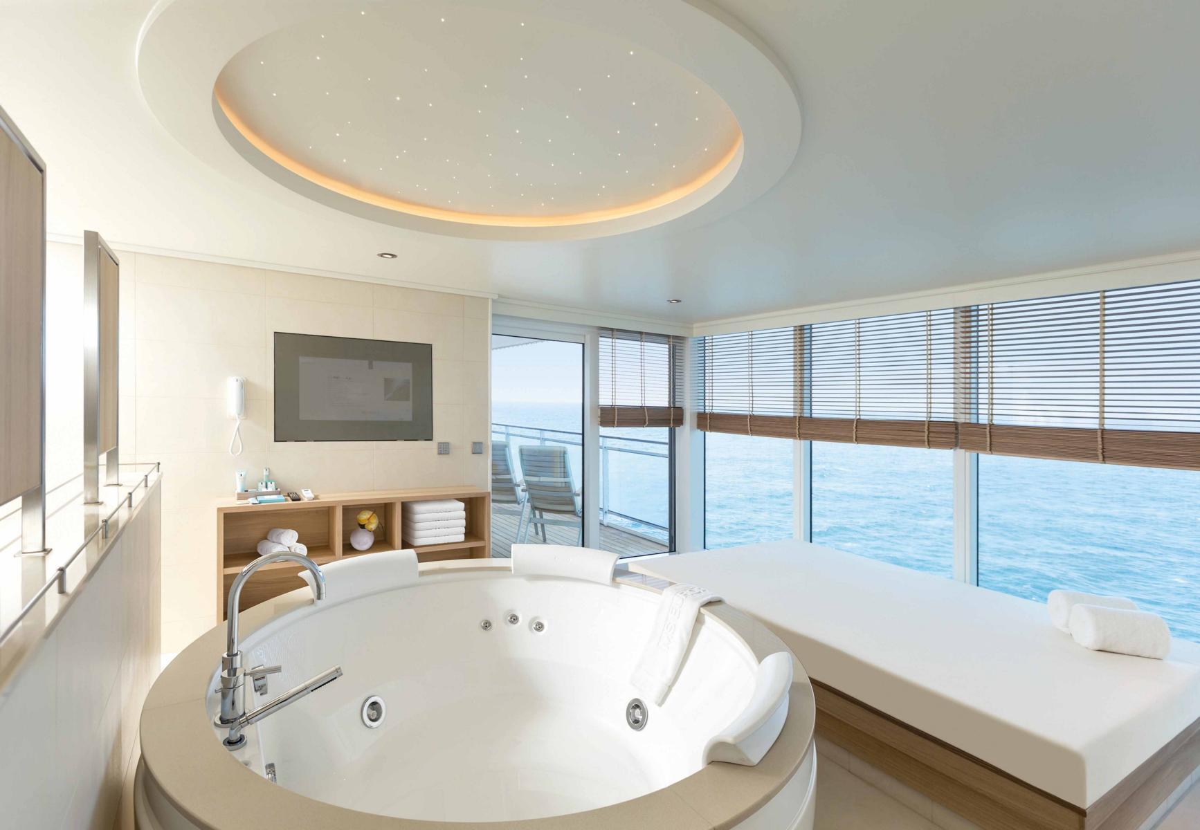 Badezimmer mit Whirlpool und Aussicht auf der MS Europa 2