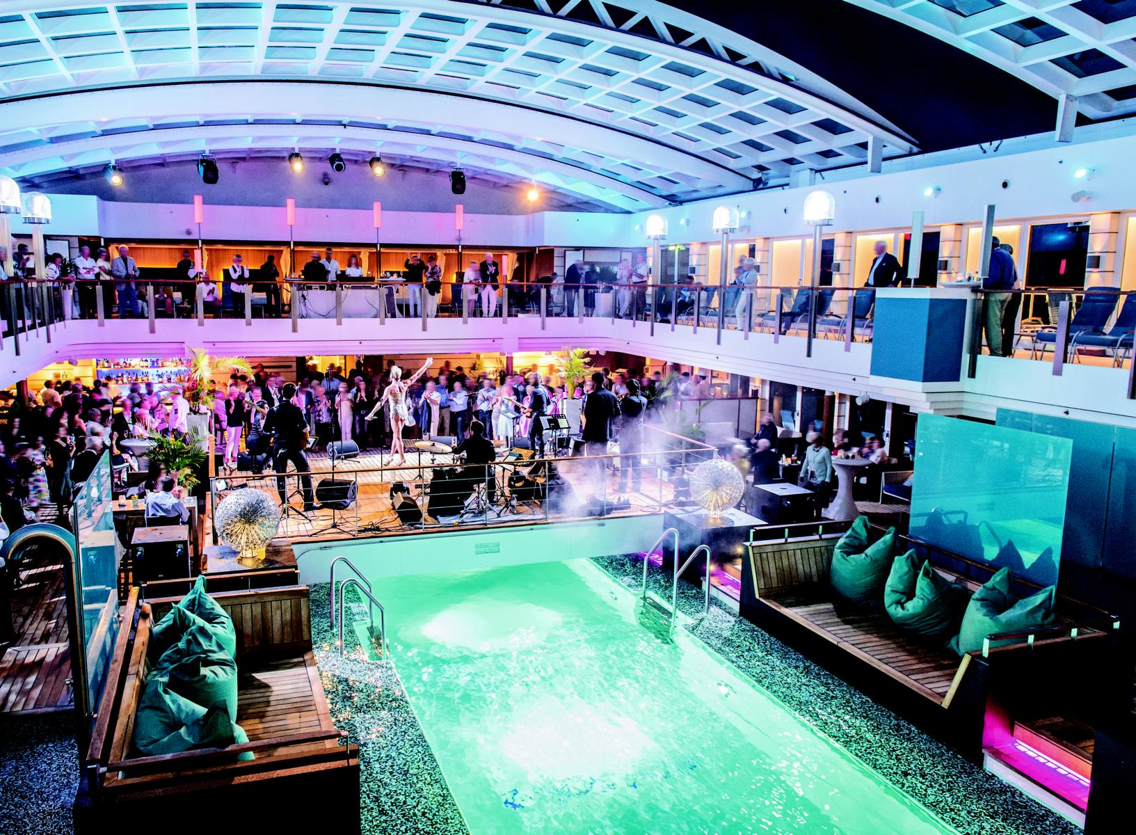 Poolparty an Deck der MS Europa 2