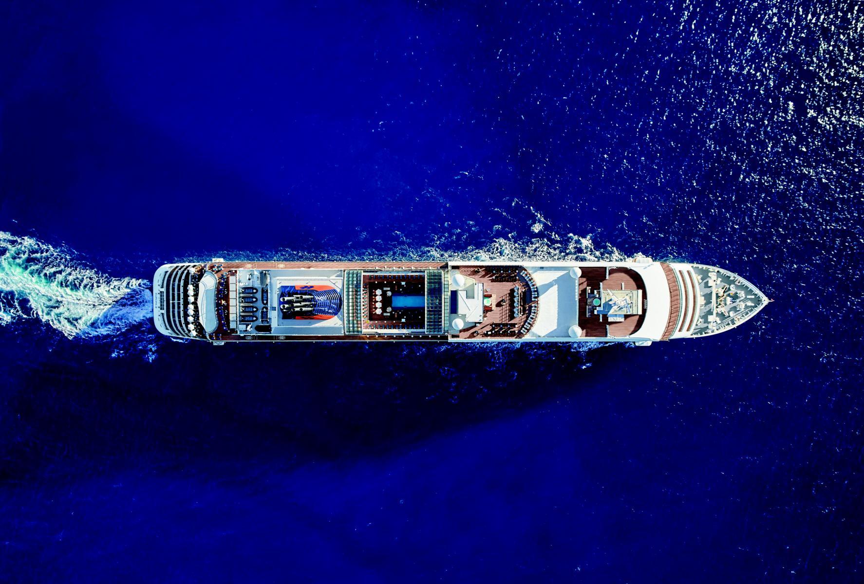 MS Europa 2 auf offener See von oben
