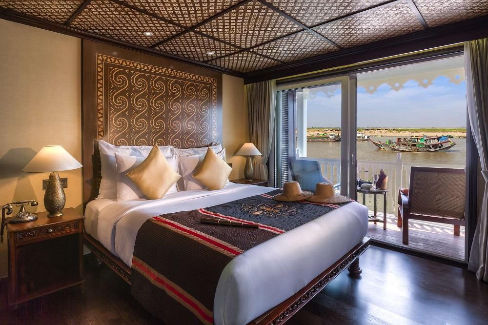 Suite mit Bett, Balkon und Ausblick auf der Anawrahta der Heritage Line in Myanmar