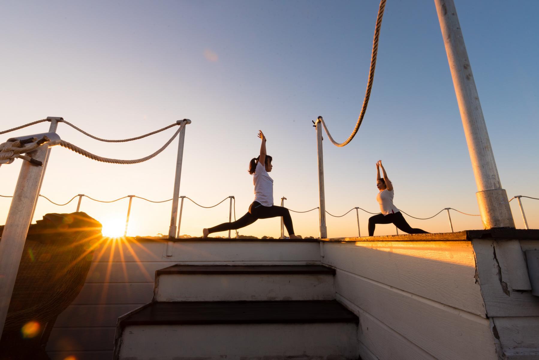 Yoga im Sonnenaufgang auf der Anawrahta der Heritage Line in Myanmar