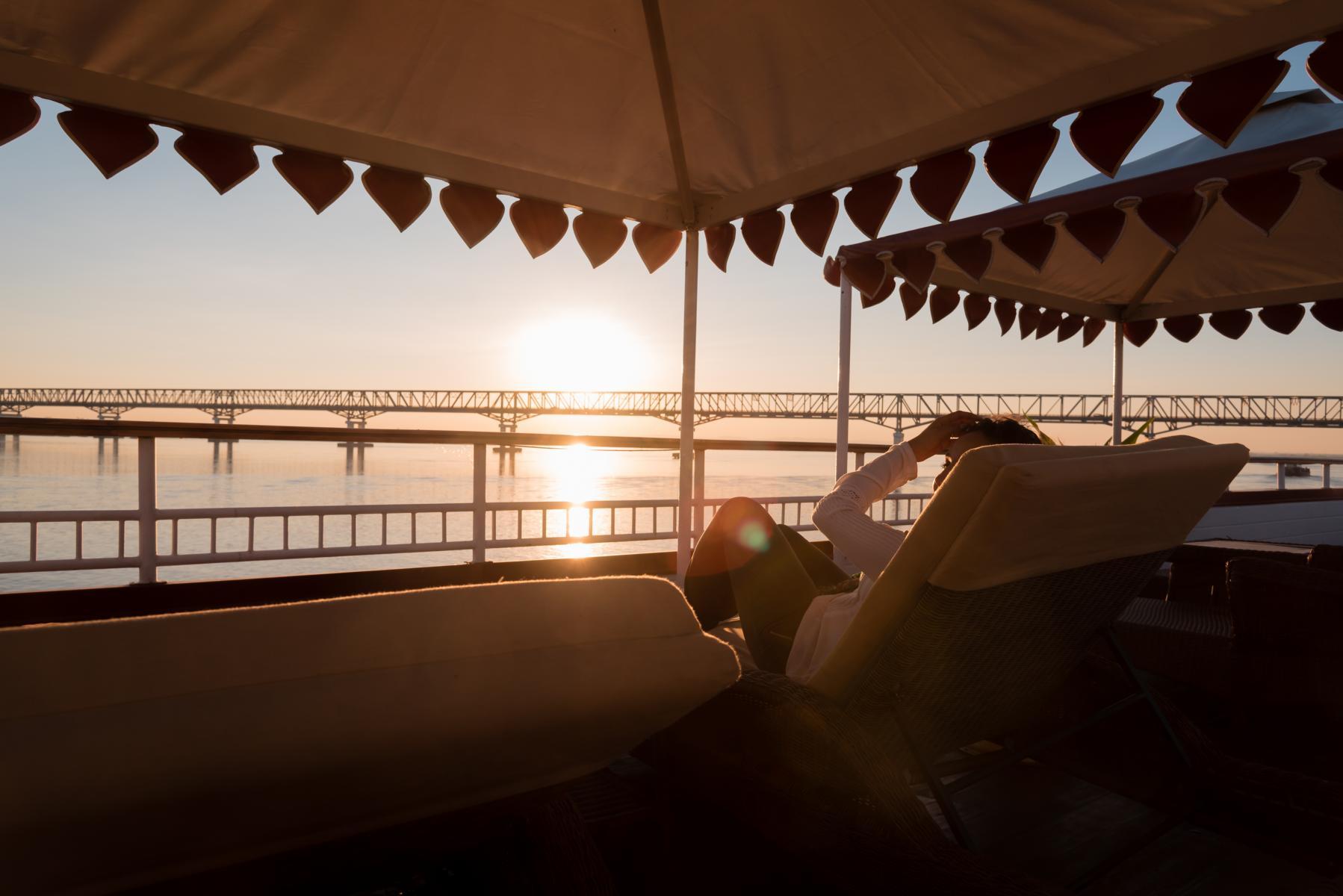 Sonnenuntergang an Deck auf der Anawrahta der Heritage Line in Myanmar
