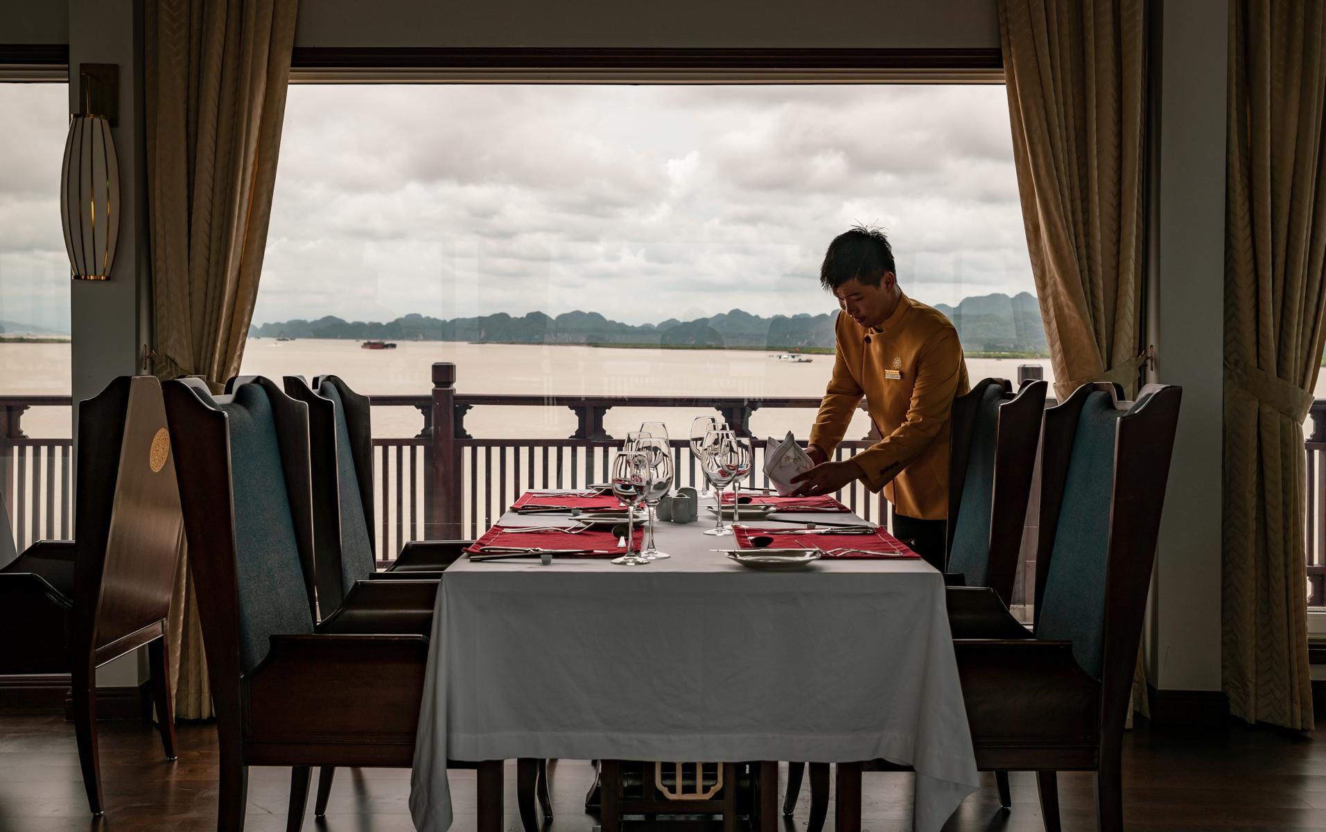 Restaurant mit gedecktem Tisch am Fenster mit Ausblick auf der Ginger der Heritage Line in der Halong Bucht