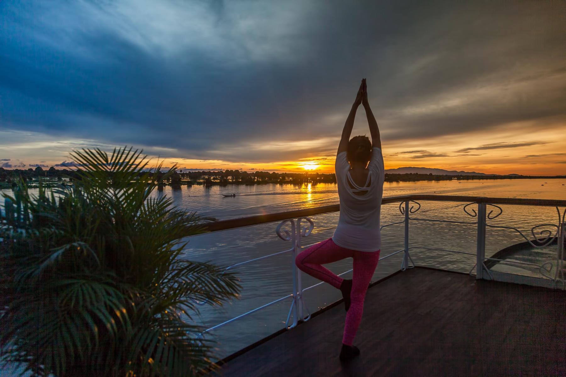 Yoga an Deck der Jahan der Heritage Line auf dem Mekong in Vietnam und Kambodscha