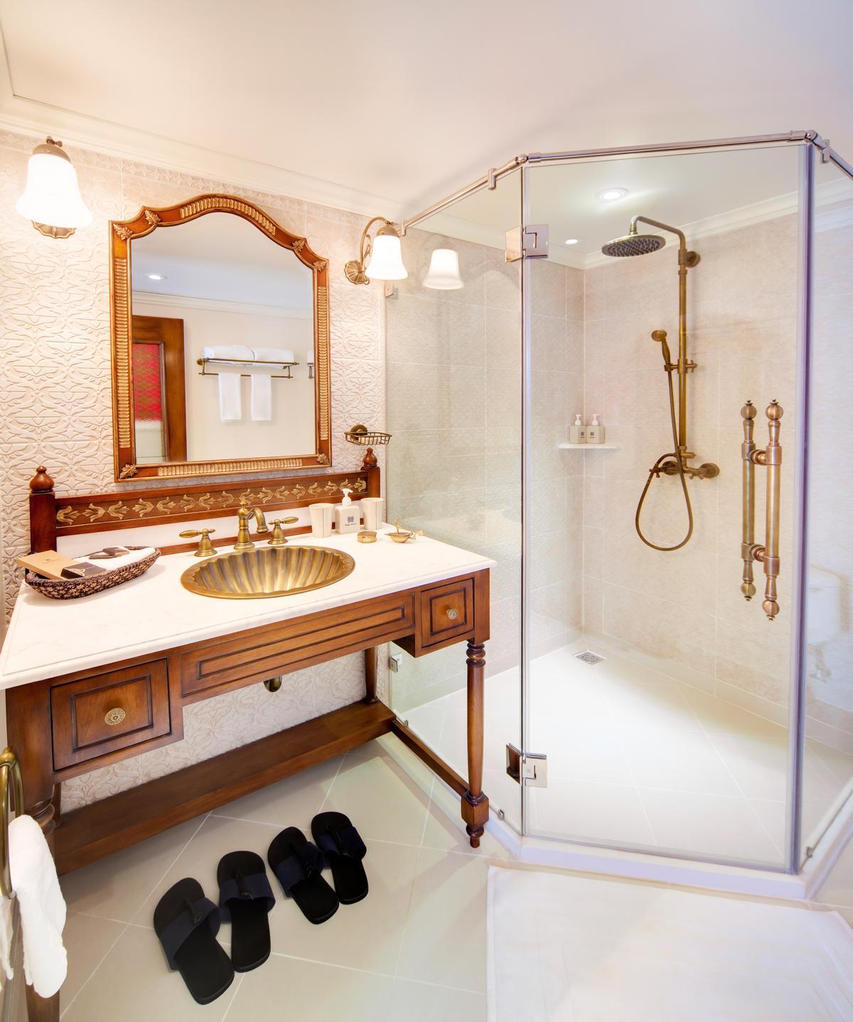 Badezimmer mit Dusche auf der Jahan der Heritage Line auf dem Mekong in Vietnam und Kambodscha