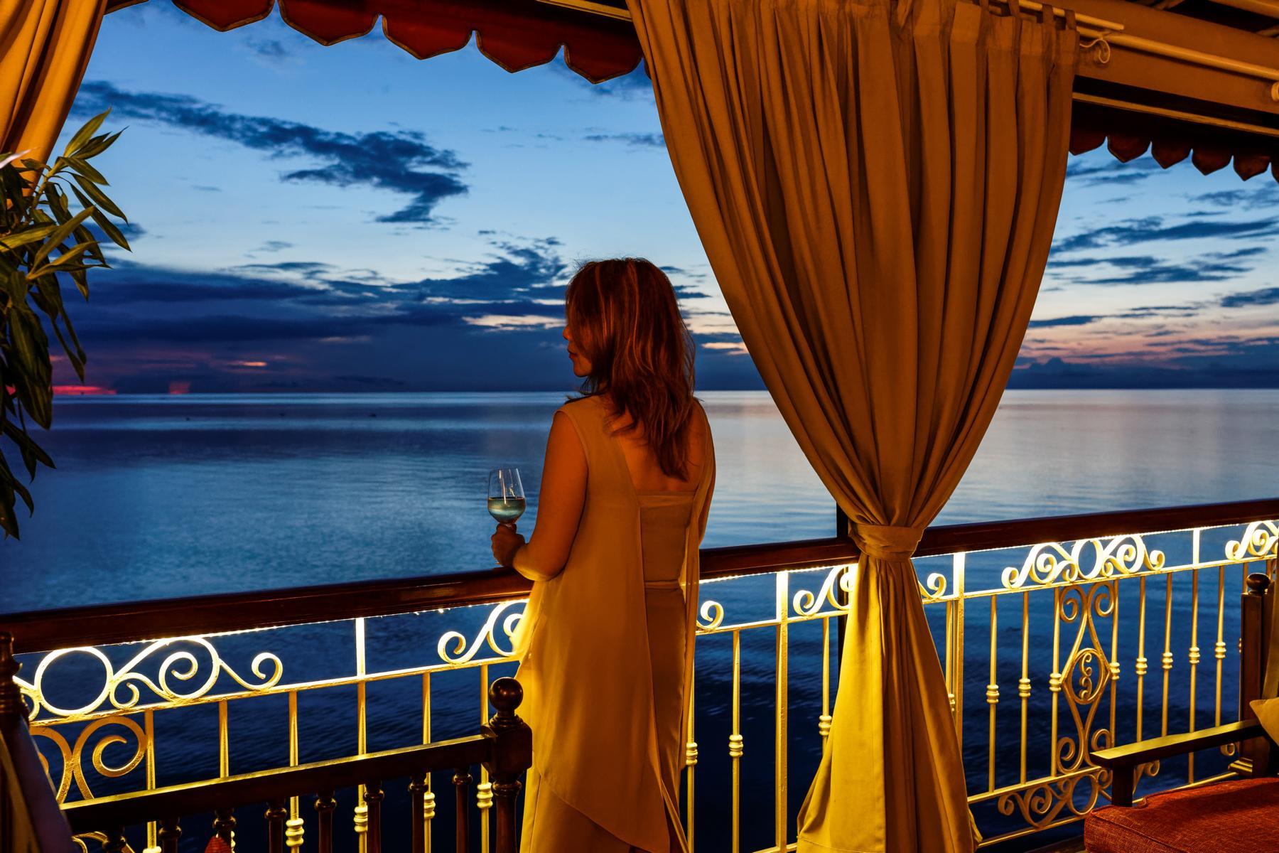 Ausblick im Sonnenuntergang an Deck der Jahan der Heritage Line auf dem Mekong in Vietnam und Kambodscha