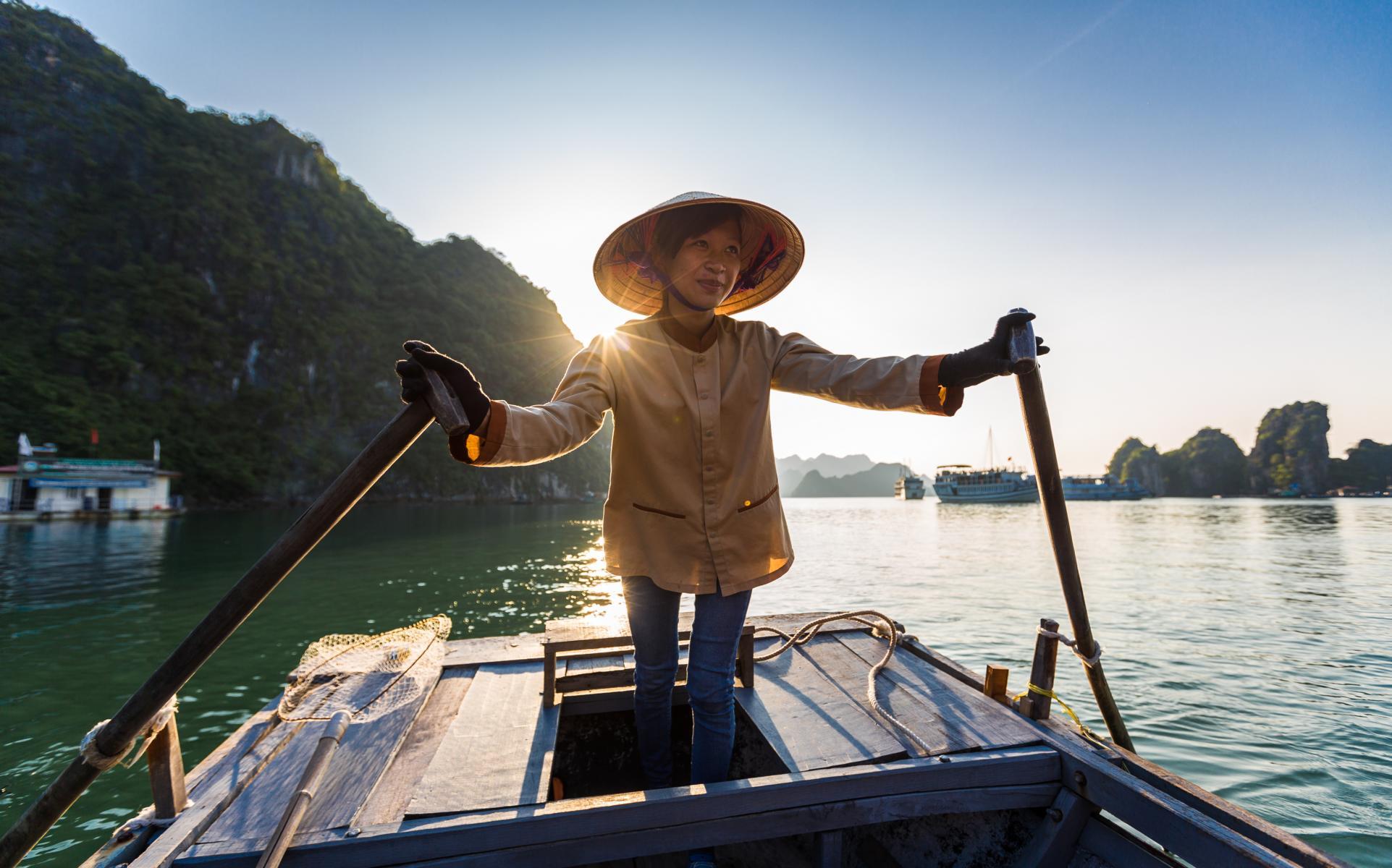 Einheimischer Fischer in der Halong Bucht