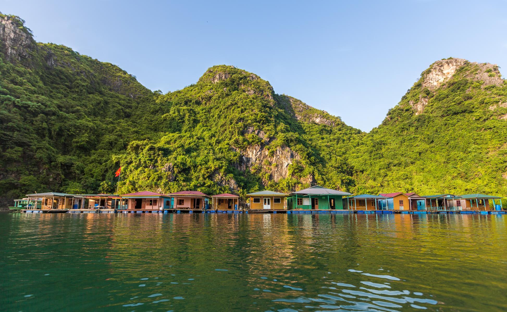 Schwimmendes Dorf in der Halong Bucht in Vietnam