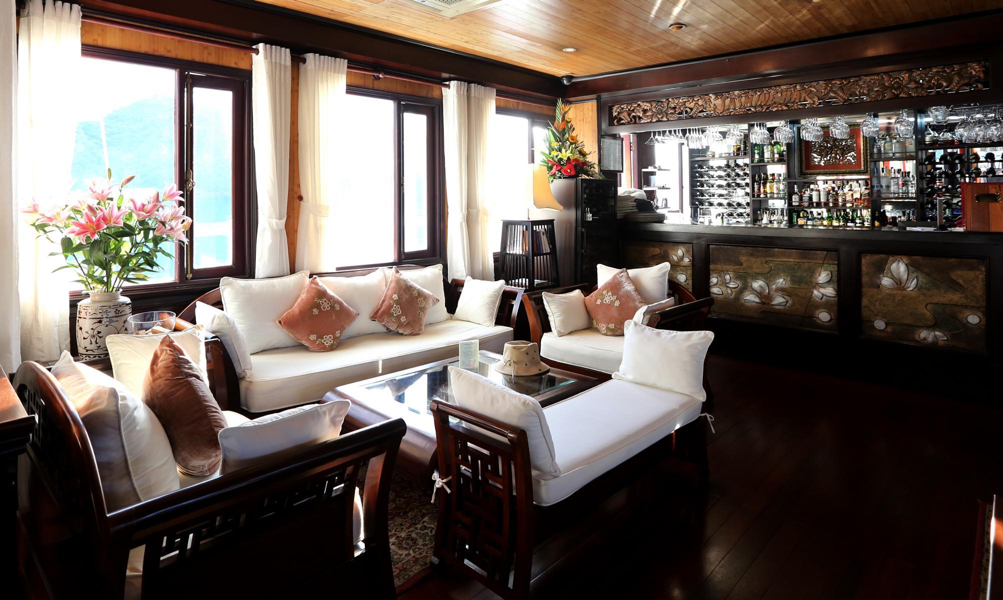 Bar und Lounge auf der Jasmine der Heritage Line in der Halong Bucht