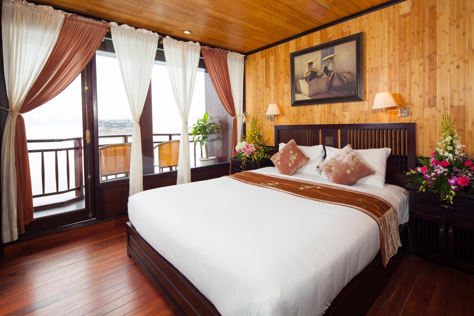 Schlafzimmer mit Balkon auf der Jasmine der Heritage Line in der Halong Bucht