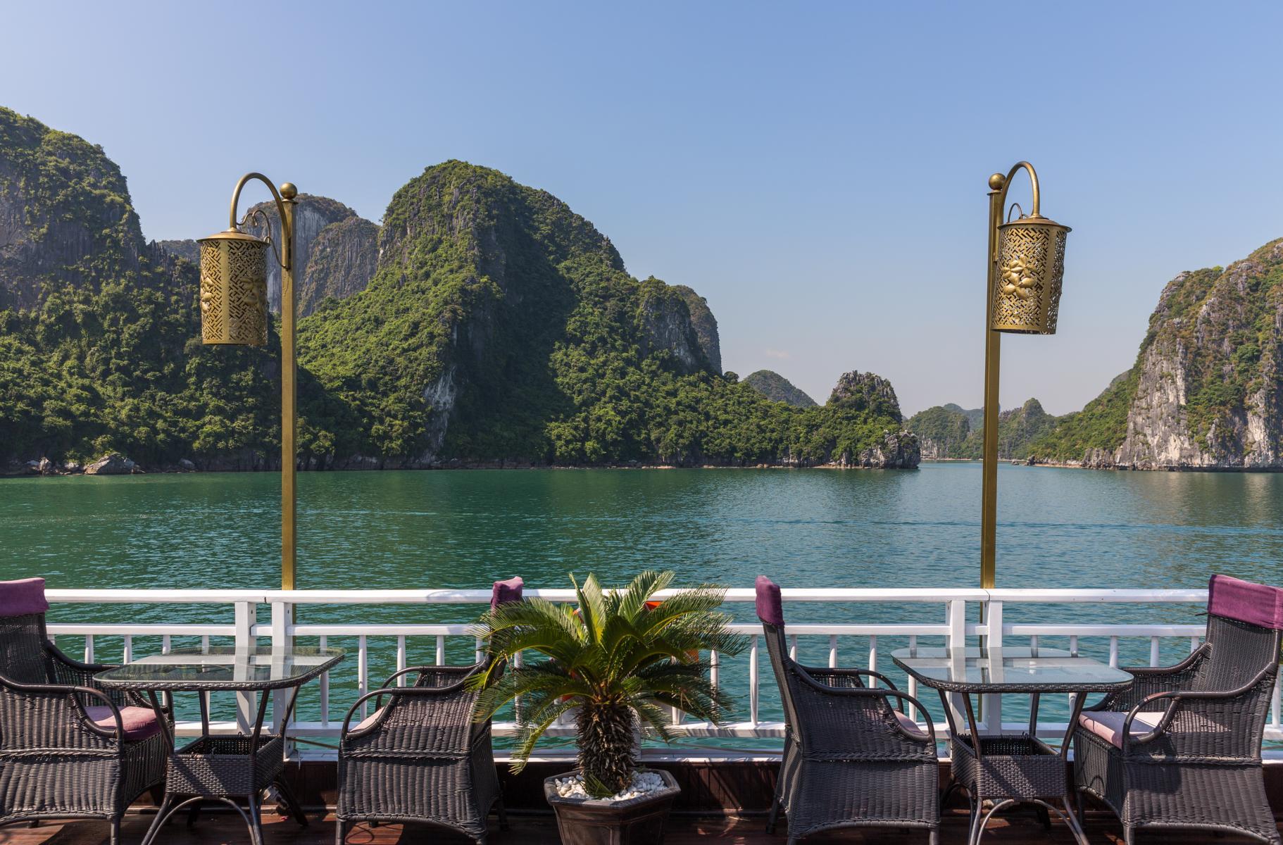 Ausblick von Deck der Jasmine der Heritage Line in der Halong Bucht