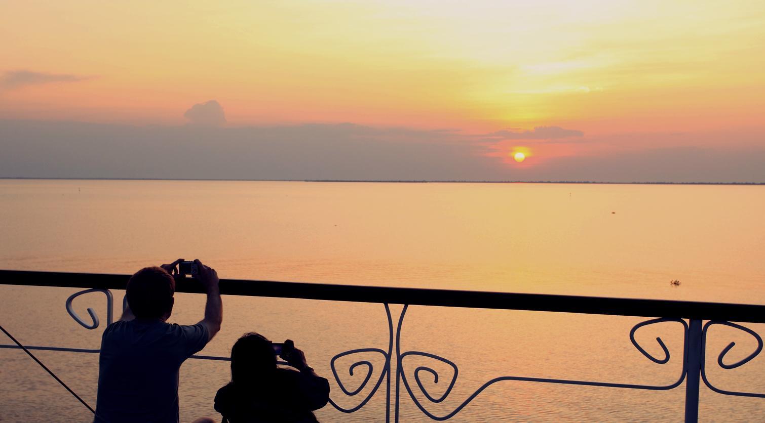 Ausblick von Deck auf den Sonnenuntergang auf der Jayavarman der Heritage Line auf dem Mekong in Vietnam und Kambodscha