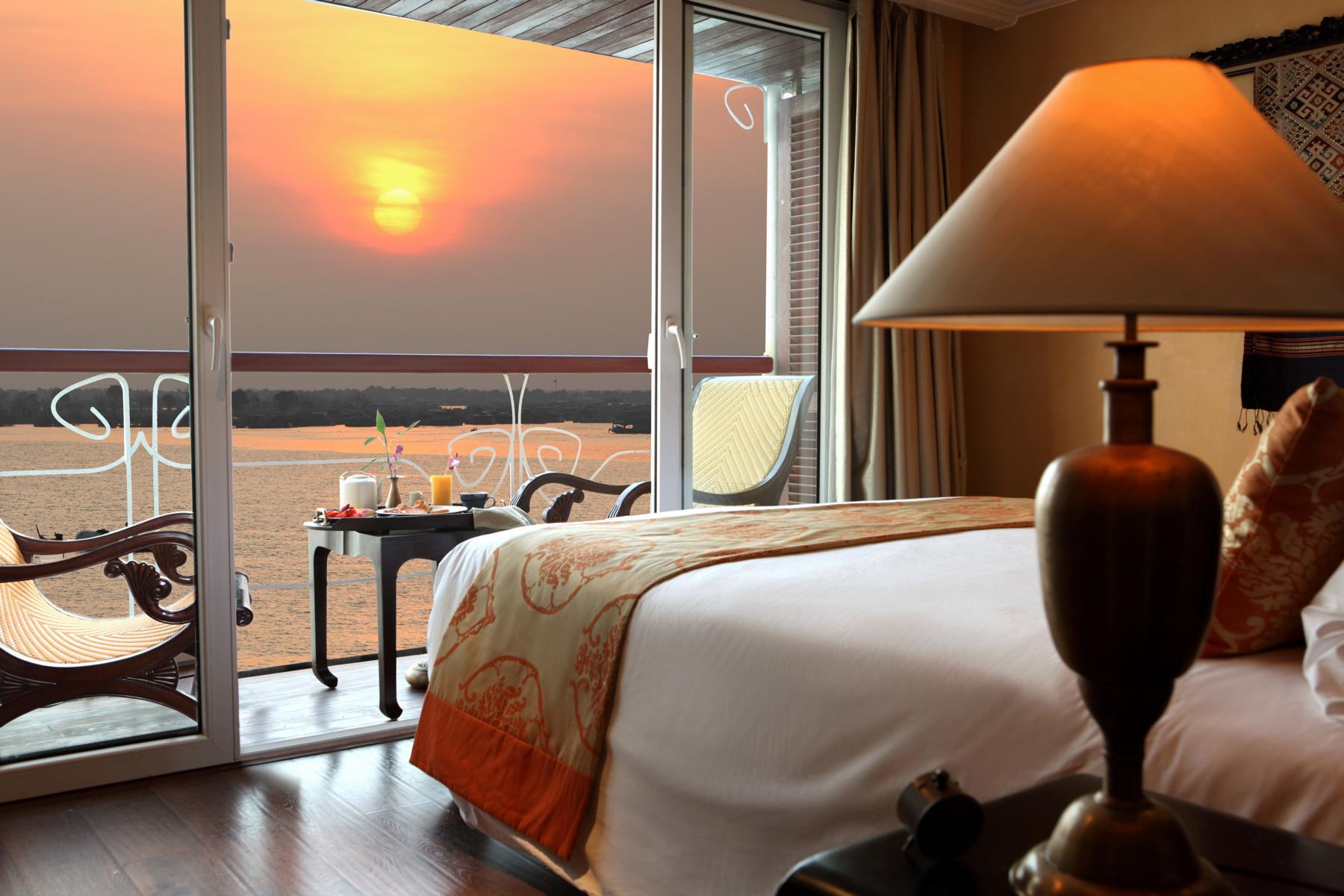 Suite mit Balkon und Ausblick auf den Sonnenuntergang auf der Jayavarman der Heritage Line auf dem Mekong in Vietnam und Kambodscha