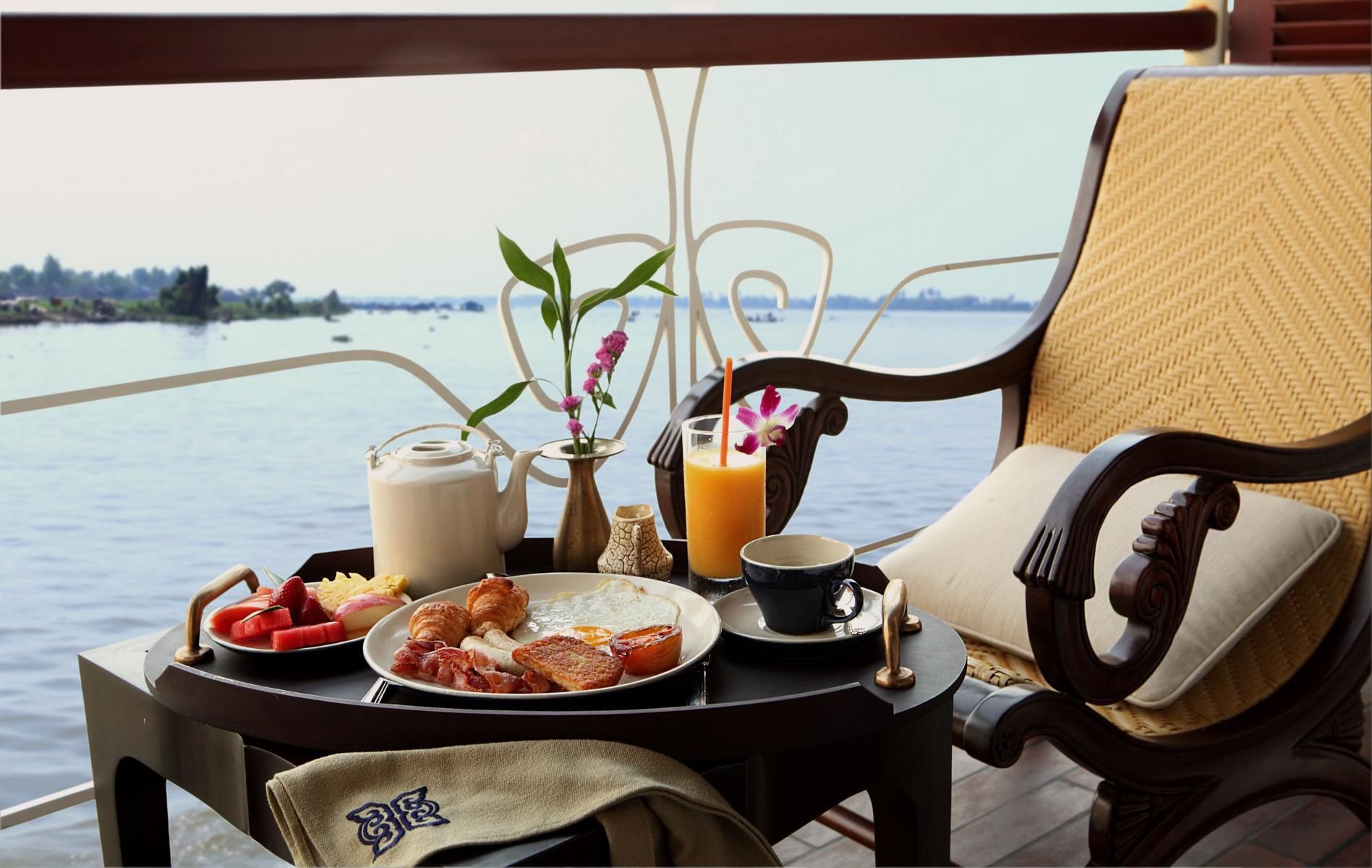 Balkon mit gedecktem Tisch auf der Jayavarman der Heritage Line auf dem Mekong in Vietnam und Kambodscha